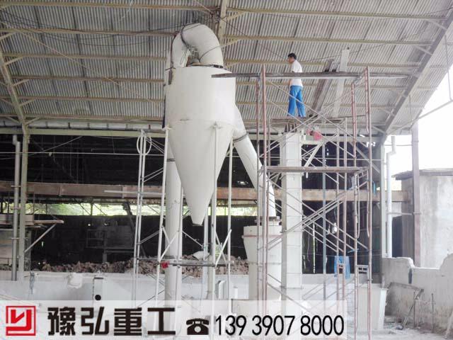 大奖娱乐官网_重晶石粉碎机维护保养现场